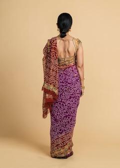 伝統的なサリーでインドの女性の背面図