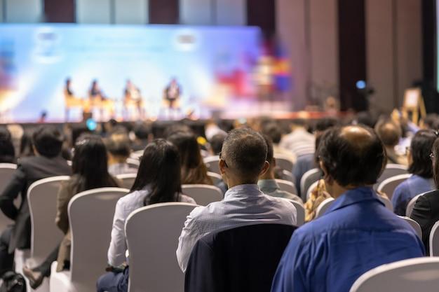 Вид сзади аудитории, слушающей в конференции