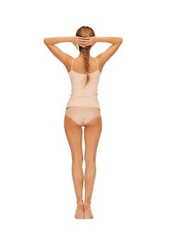 Вид сзади красивой женщины в хлопчатобумажной одежде