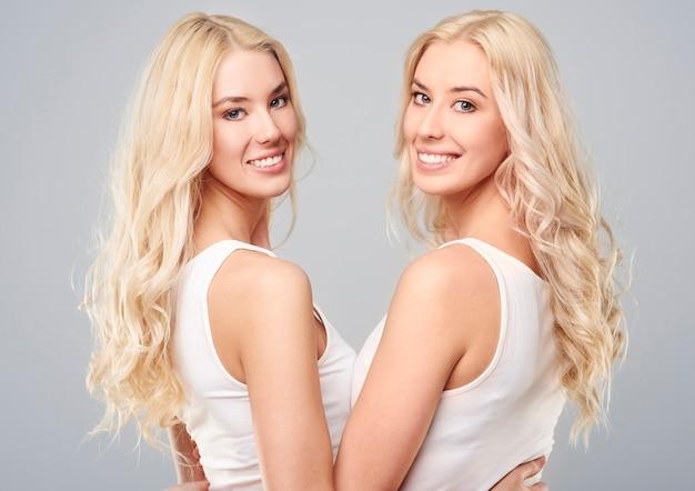 ブロンドの女の子の双子の背面図