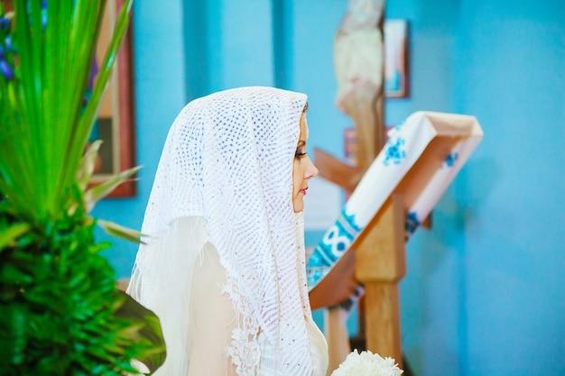 混雑した教会で待っている花嫁の背面図