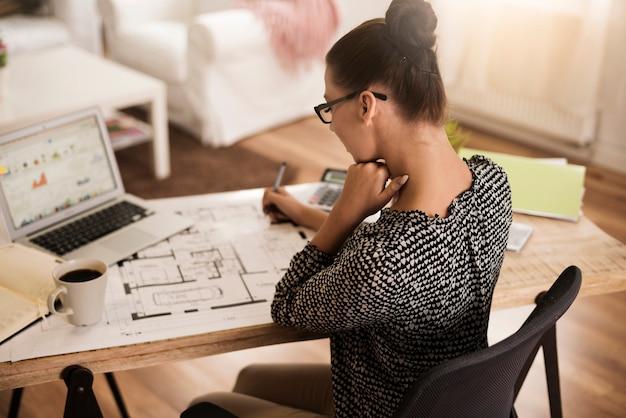 オフィスで忙しい女性の背面図