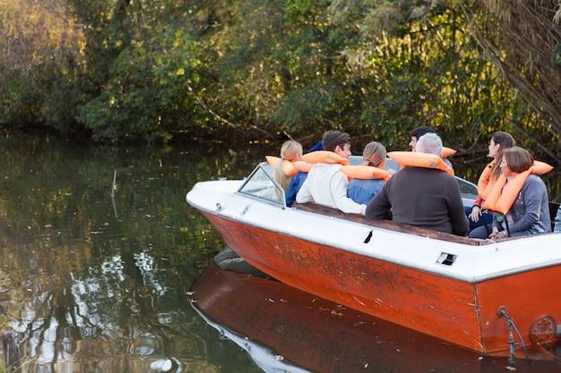 ボートに乗って家族のセーリングの背面図