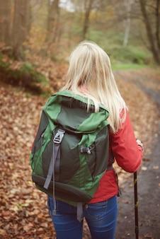 Пешие прогулки женщина вид сзади