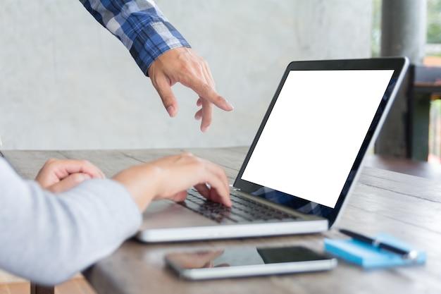 창조적 인 사무실에서 노트북 화면을 가리키는 남성 임원의 후면보기