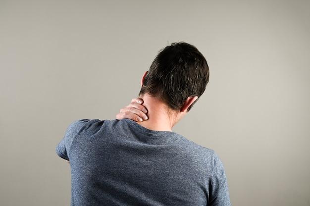 首の痛みを持つ男の背面図