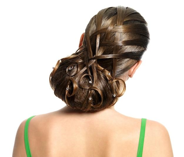 白で隔離のモダンな創造的な髪型の背面図