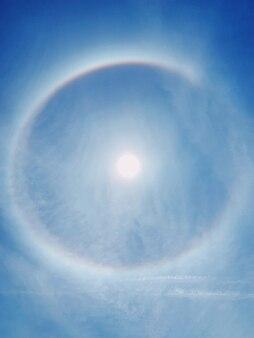 Вид сзади радуги вокруг солнца. ясный фон голубого неба