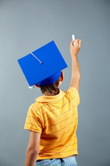 Вид сзади школьник письменной форме