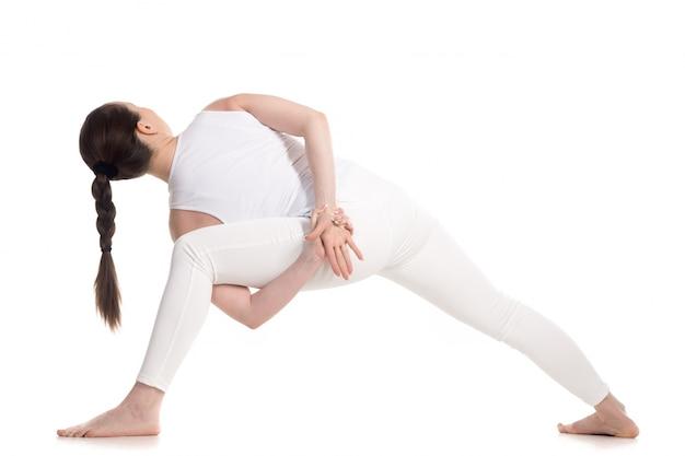 Вид сзади спортсменке протягивать спины и рук
