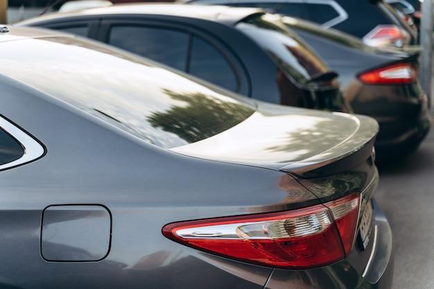 車、トランクの背面図。駐車場には現代の車が駐車されています