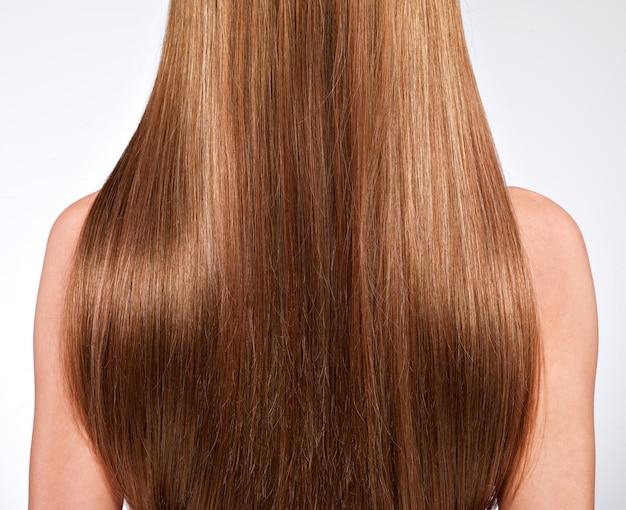 Вид сзади женщины с длинными волосами