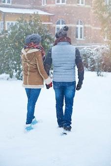 冬のカップルの背面図
