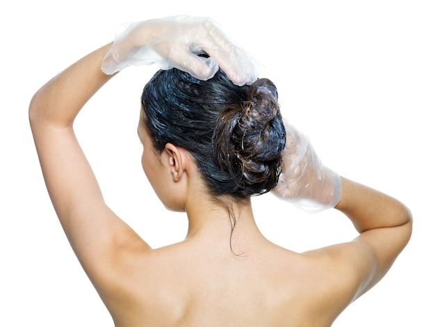 Вид сзади женщины, окрашивающей волосы, изолированные на белом фоне