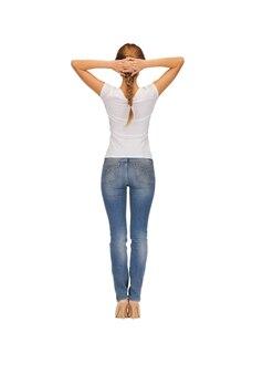 Вид сзади женщины в пустой белой футболке