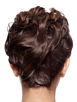 젖은 머리-흰 벽에 고립 된 여자의 머리의 후면보기