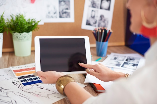デジタルタブレットを使用して女性の背面図