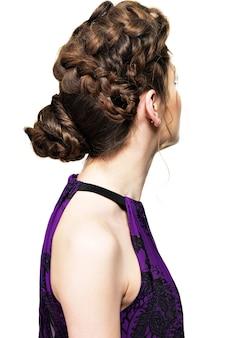 白で隔離ピグテールデザインの創造的な髪型を持つ女性の背面図