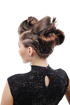 スタイルの髪型を持つ女性の背面図-白で隔離