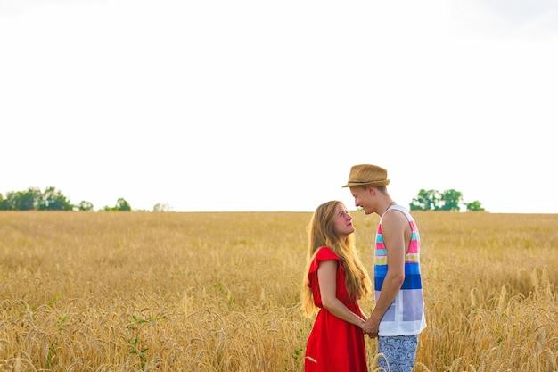 밀밭에서 젊은 부부의 후면 보기. 여름