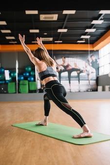 체육관에서 운동하는 젊은 인간의 후면보기