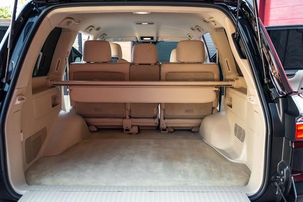 Вид сзади открытый багажник автомобиля большой пустой плоский flor кроссовер багажник крупным планом огромный багажник внедорожника
