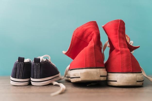 Vista posteriore di scarpe rosse e blu