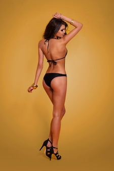 Vista posteriore della donna sexy in costume da bagno
