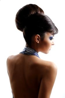 Vista posteriore della donna con una bella acconciatura di moda