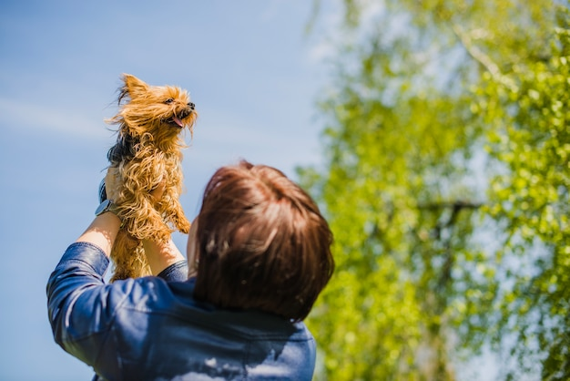 Vista posteriore della donna con il suo cane carino