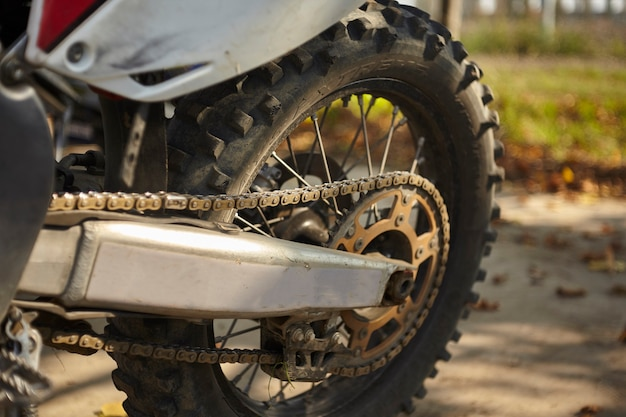 근접 촬영에 체인과 팔이 있는 모터크로스의 뒷바퀴.