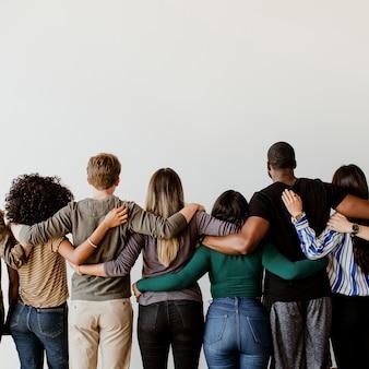 抱き合う多様な人々の姿