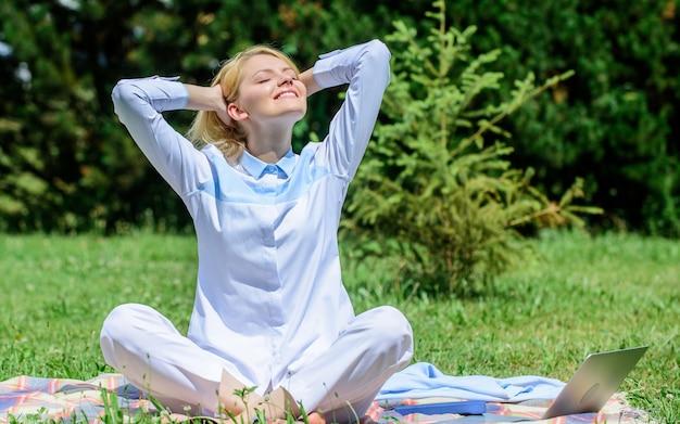 あなたが毎日瞑想すべき理由。あなたの心をクリアします。女の子は敷物の緑の草の牧草地の自然の背景について瞑想します。リラックスする時間を見つけてください。瞑想を練習してリラックスした女性。毎日の瞑想。