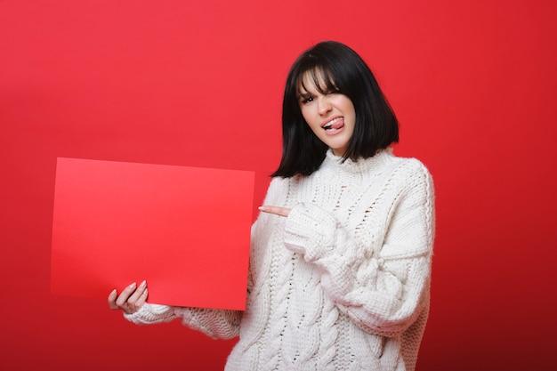 空白の赤いプラカードを持つ反逆者のスタイリッシュな女性