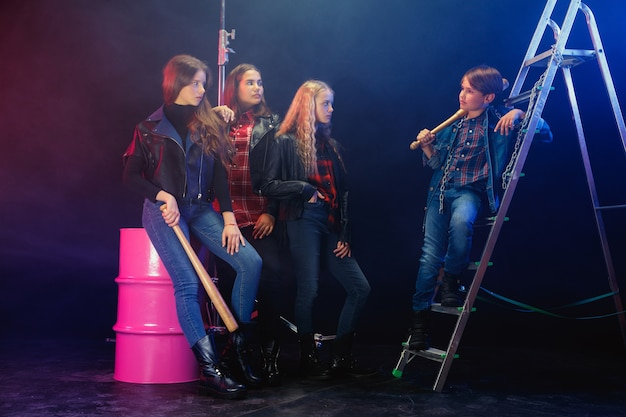 反逆者の若者。スタイリッシュなジーンズと革の服を着た生意気な子供たちの全身像。 10代の暴動、子供服、非国教主義、若いエネルギーの概念。現代のライフスタイル。