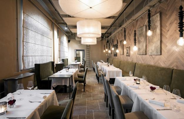 Отступающий вид строк ресторанных столов