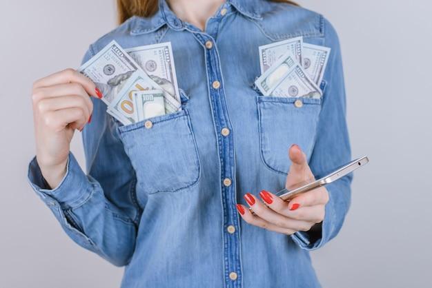 사람들 사람 부 비싼 상금 보너스 몸짓 기호 아이디어 법안 도박 비트 코인 교환 고객 가게 상점 사람들 사람 개념을 받으십시오. 돈을 버는 여자의 자른 사진 격리 된 배경