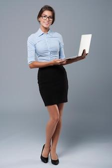 Modello recente di laptop presentato da una donna attraente