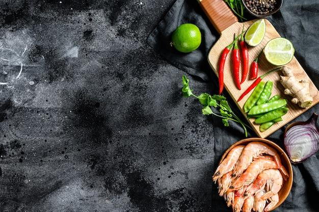Рецепт и ингредиенты tom kha gai. тайский галангальский куриный суп в кокосовом молоке. , копировать пространство