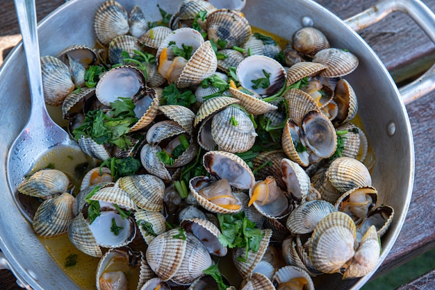 Recipe for cockles with garlic and parsley in an aluminium casserole