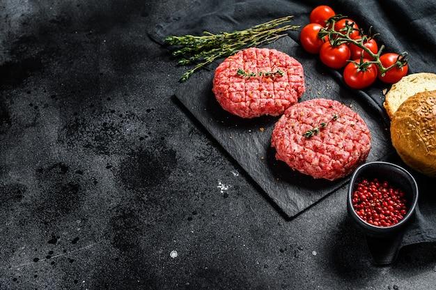 霜降りビーフパテ、カツレツのハンバーガーのレシピ。黒の背景