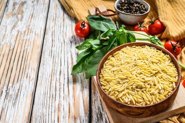 バジルの葉、トマト、ニンニクのリゾーニのレシピ
