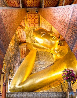 Reclining buddha gold statue at wat pho