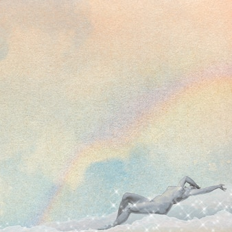 雲の背景にリクライニング裸の女性