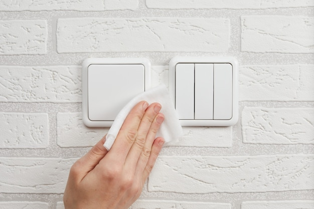 코로나 바이러스로 인한 가정용 전등 스위치 세척 및 소독에 대한 권장 사항.