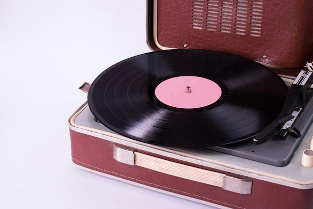 レコードと白で隔離されるプレーヤー