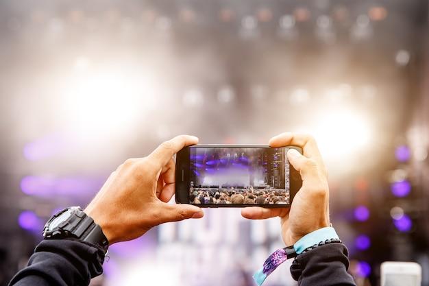 携帯電話でコンサートを録音する