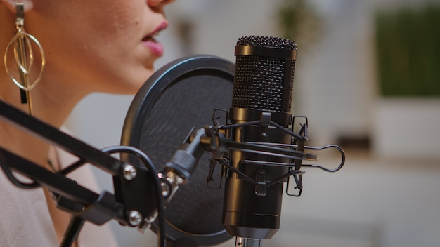 전문 마이크를 사용하여 집에서 오디오 녹음. 창의적인 온라인 쇼 발표자, 온에어 온라인 제작 인터넷 방송 쇼 호스트 스트리밍 라이브 콘텐츠, 디지털 소셜 미디어 녹음