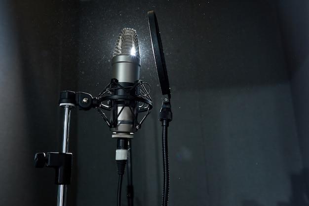 暗いスタジオでマイクを録音
