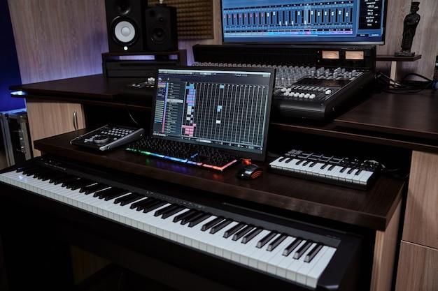 Студийное звукозаписывающее оборудование midi-синтезатор с экранной клавиатурой и громкоговорителем для создания музыки
